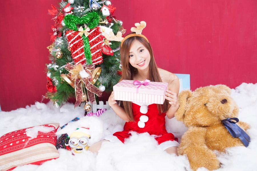 トナカイのコスプレをしてクリスマスプレゼントに囲まれる台湾人女性