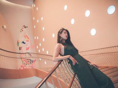 長く曲がりくねった階段に立ち茫然とする台湾人女性