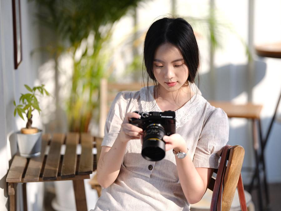 黒いカメラを見る黒髪の台湾人女性