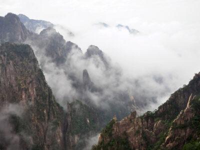中国の黄山と霧の風景