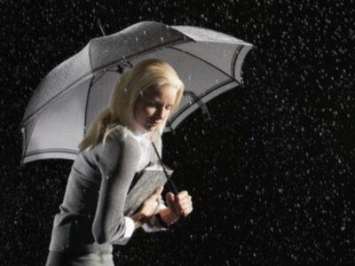 低気圧や雨・台風で鬱の症状が悪化したり頭痛になる女性画像
