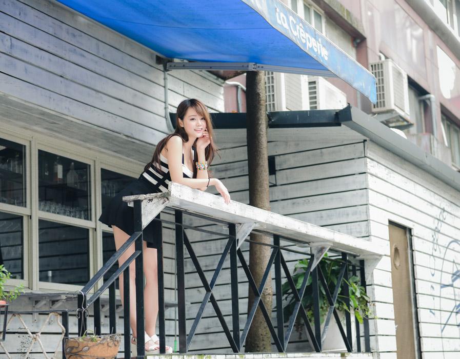 喫茶店のデッキに立つ台湾人女性